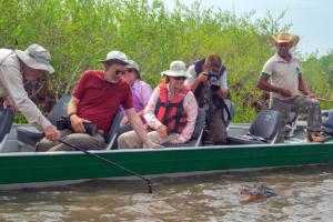 grupo turistas jstam barco jacare pantanal mt rio claro